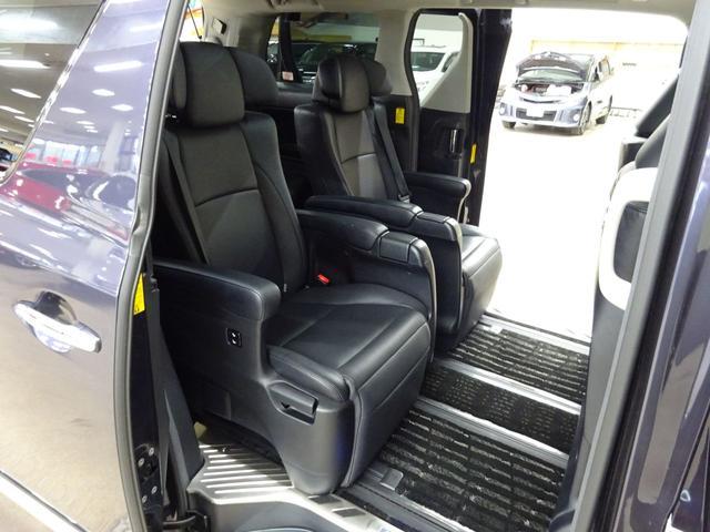 SR Cパッケージ フルタイム4WD E-Four ダブルムーンルーフ 電動ヒーター付き本革シート エグゼクティブシート オットマン フリップダウンモニター スマートキー ETC 両側パワースライドドア 自動リアゲート(13枚目)