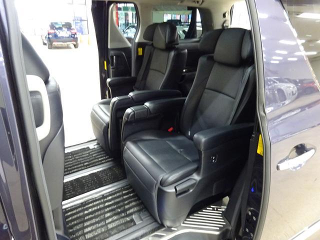 SR Cパッケージ フルタイム4WD E-Four ダブルムーンルーフ 電動ヒーター付き本革シート エグゼクティブシート オットマン フリップダウンモニター スマートキー ETC 両側パワースライドドア 自動リアゲート(14枚目)
