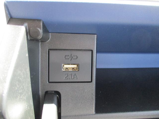 運転席前ボックス充電ソケット