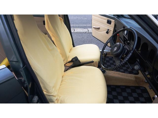 フロントシート背もたれに破れがあるためシートカバーを被せてあります