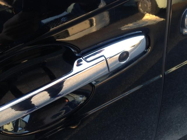 「スマートキー」Hondaスマートキーをポケットやバッグに携帯していれば、前席のドアとテールゲートのドアハンドルにあるボタンを押すだけで、手軽に施錠/解錠ができます。キーも、スマートな小型のデザイン。