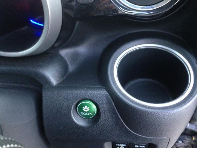 エンジンやエアコンといった、クルマ全体の動きを燃費優先で自動制御するECONモード。空調など快適性を優先したいときは、スイッチを押してOFFにできます。