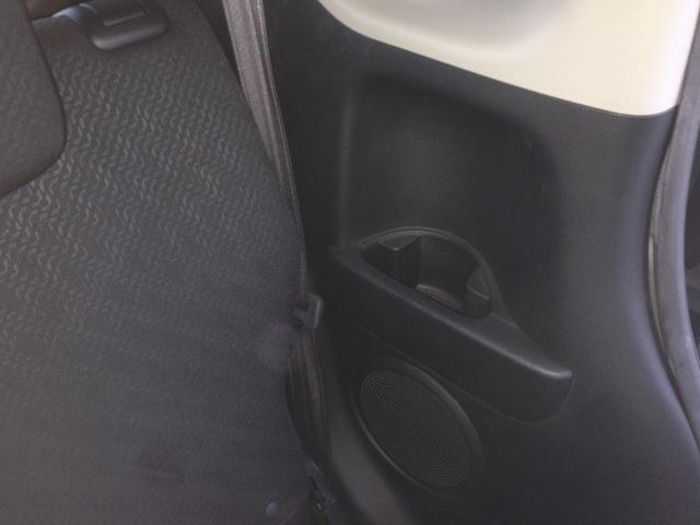 身のまわりの小物類がすっきり収まる、「使える」サイズの収納を数々装備。前席・後席ともに、乗る人それぞれが手の届きやすい位置に備えています。