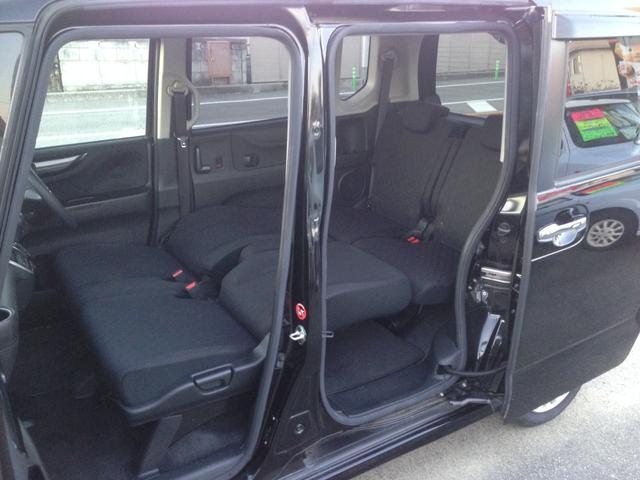 前席も後席も、乗る人すべてがくつろげるゆとりの空間。室内長 218cm。