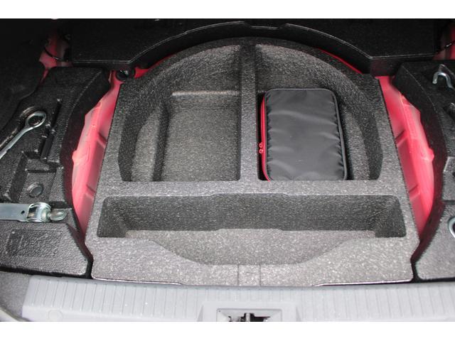 トランクアンダートレーも完備細かな荷物も入れられます。