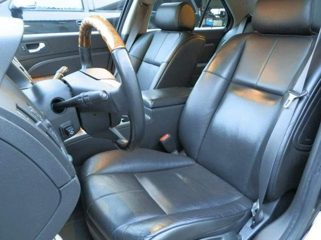 シートも目立つスレなど無くとてもキレイです。ブラックレザーのシートは、シートエアコン&シートヒーター付きですので、夏でも冬でも快適です。