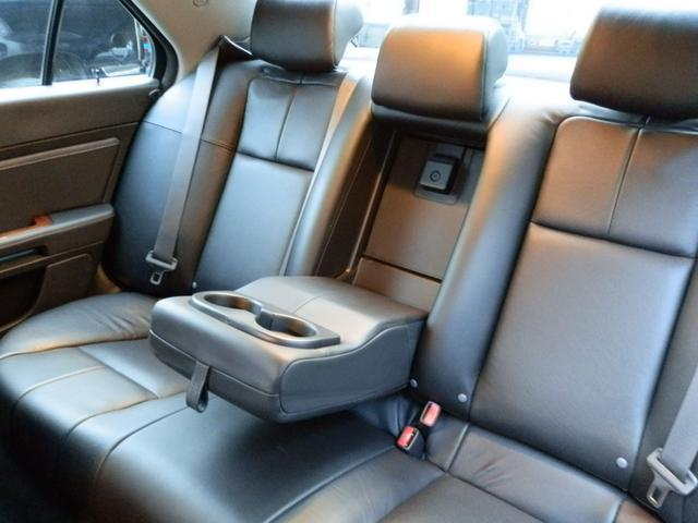 リアシートは、背面の高さが有るハイバックシートですので、ゆったり快適です。