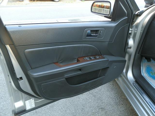ドア内張にも、ウッド&レザーの上品なデザインです。ステップ部分にキャデラックロゴ入りシルプレートもオシャレです!!