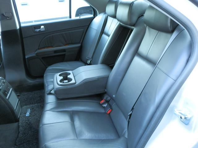 リアシートも、ヒーター付で、背面の高さが有るハイバックシートですので、ゆったり快適です!使用感無く、とてもキレイです。