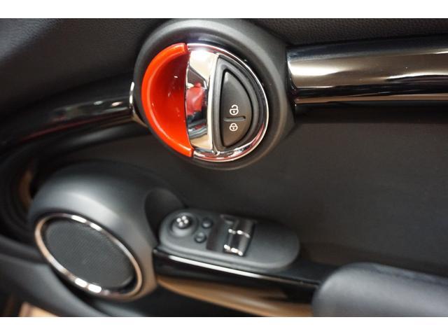 クーパーS クーパーS(4名) サンダーグレーメタリック 17AW 赤革シートカバー スマートキー アイドリングストップ 純正HDDナビ ETC(17枚目)