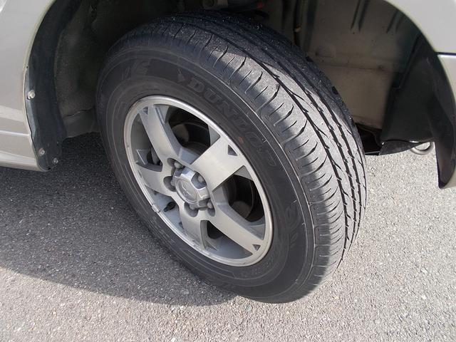 純正アルミホイールにノーマルタイヤが装着されています。
