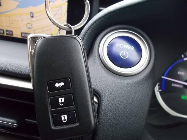 指先ひとつでドアロック開閉からエンジンのオンオフまでできる、スマートキー&プッシュスタート。