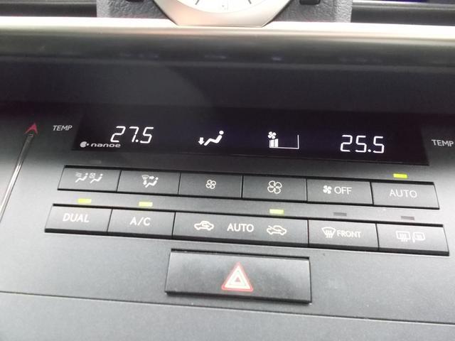 左右独立の温度設定ができ、車内を快適温度に保ってくれるオートエアコン装着車。