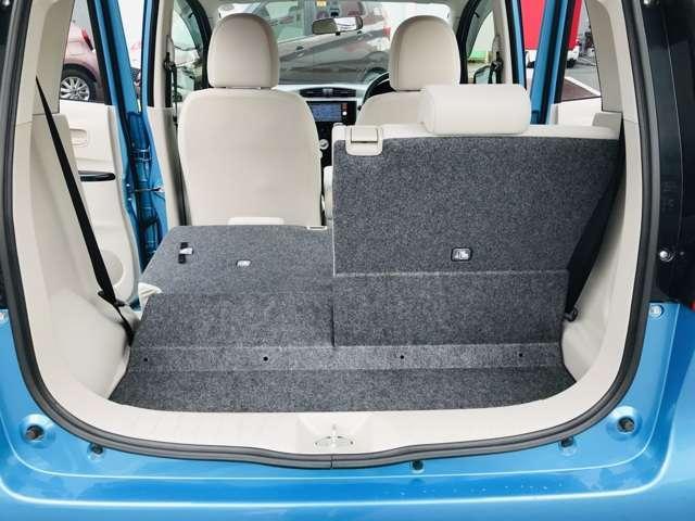 後席を倒せば、長尺物も積み込めます。セパーレート式のセカンドシートなので、自由なラゲッジスペースが確保できます。