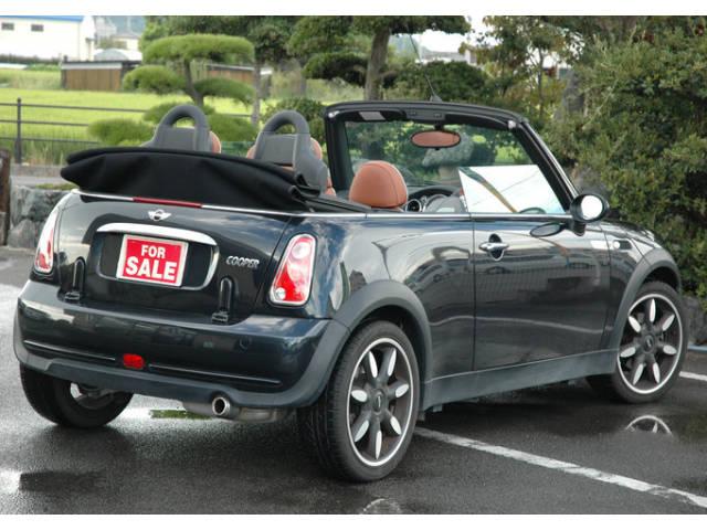 ブラックで皮の色がブラウンで絶妙な組み合わせの車です。お洒落です