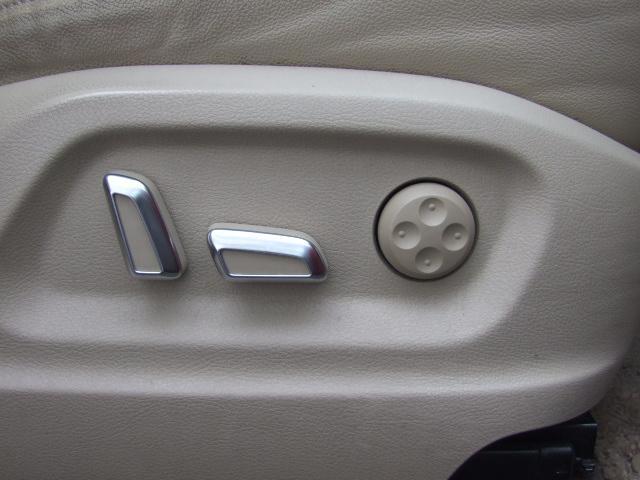 シート調節は電動式になっており、シートを模したバー押せば調節ができるようになっています。また、ランバーサポート機能付きで腰部分の張り出しを調節することで楽な運転姿勢を取ることが可能になっています。
