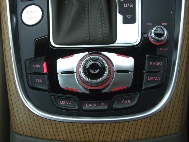 アウディ独自のナビゲーションシステムはMMI(マルチメディアインターフェイス)と呼ばれ、中央の大きなダイヤルを中心としたボタン配置となっており、操作のしやすさが特徴のシステムになっています。