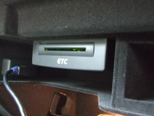 ETC車載器は助手席グローブボックスの内部に設置されています。