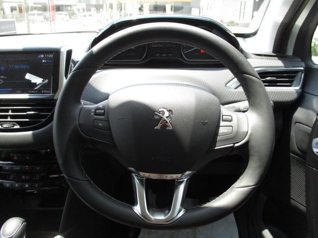 スポーツカーのような革巻き小径ステアリングホイールは女性の方も運転しやすい大きさです。使用感はありません。【プジョー大府:0562-44-0381】