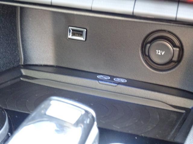 USBやBluetoothでスマートフォンと接続することで音楽を聴くことが出来ます。さらに、スマートフォンを置くだけ充電も可能です。【プジョー大府:0562-44-0381】