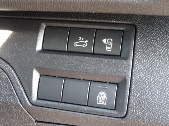 ダッシュボードのスイッチでは、テールゲートの開閉や、サイドカメラの表示などが行えます。【プジョー大府:0562-44-0381】