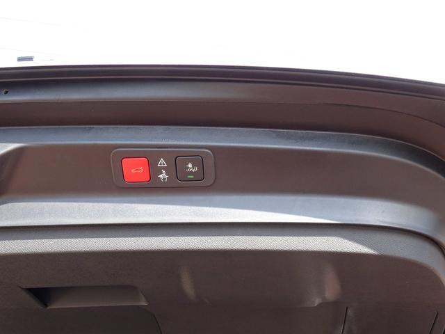電動テールゲート。こちらのボタンで開閉が可能です。バンパーの下に足をかざすだけで自動的に開くハンズフリーテールゲートも装備。【プジョー大府:0562-44-0381】