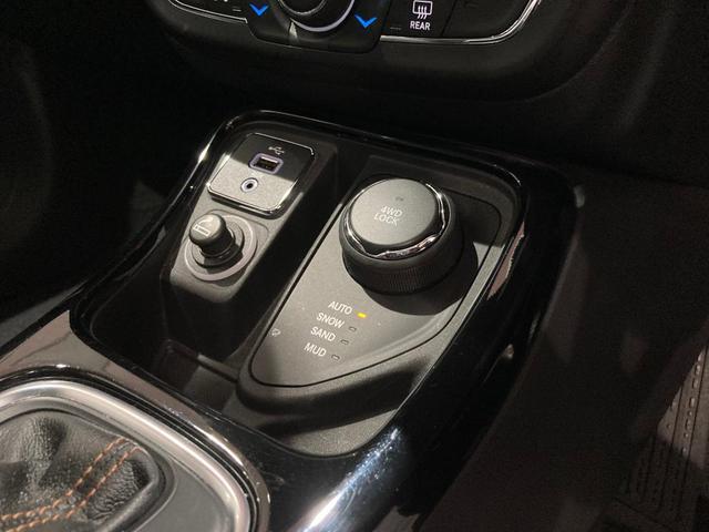 リミテッド 弊社オーナー様買取車 レザーシート 4WD HIDヘッドライト(17枚目)