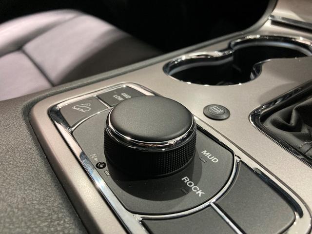 Jeep唯一のフルタイム4WDシステムでいかなる道でもドライバーの安心をサポート致します。