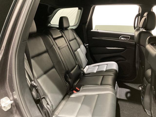 リアシートのリクライングは大人3人ゆったり座れる空間をご提供致します。