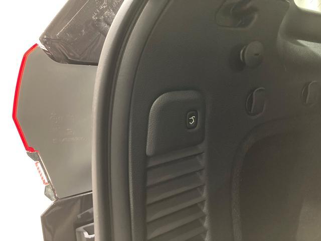 ラゲッジはスマートな電動開閉。