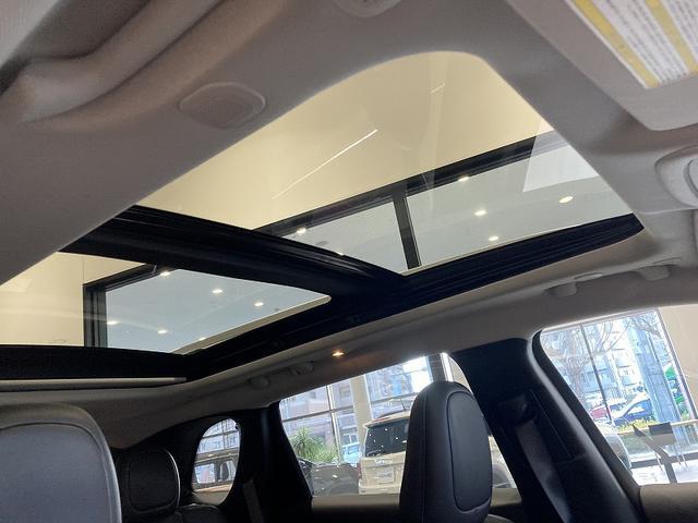 フロントシートだけでなく、リアシートからも空を望める広大な明るさなパノラミックサンルーフ