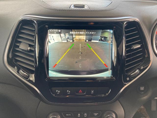 ステアリング角度に応じて曲がるダイナミックグリッドラインが表示され、駐車スペースや狭い場所への後退操作をサポート