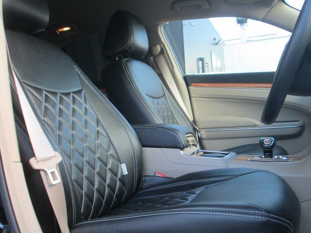 広々とした運転席スペース!高級感のあるレザーシートカバーとなります!