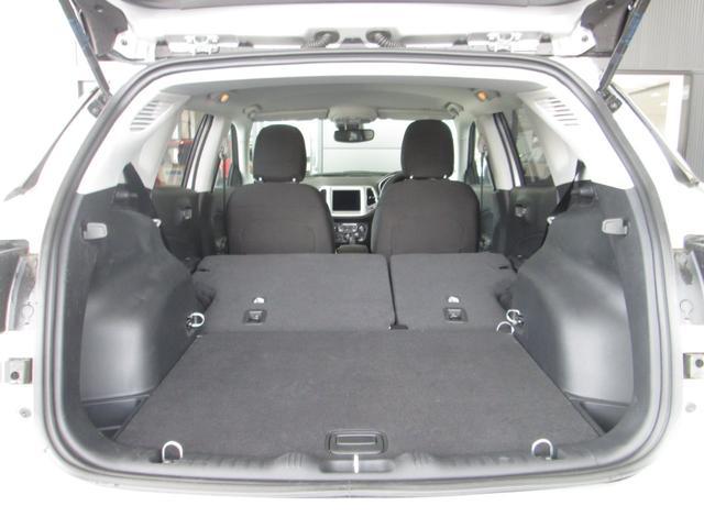 後部座席は40:60の分割折り畳み式なので、乗員数や荷物の量に応じて様々にアレンジ化可能です♪