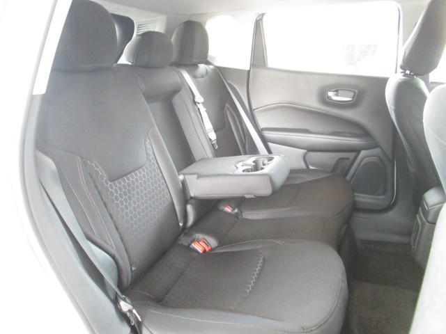 後部座席も広いので、リラックスできる車内空間となっております♪