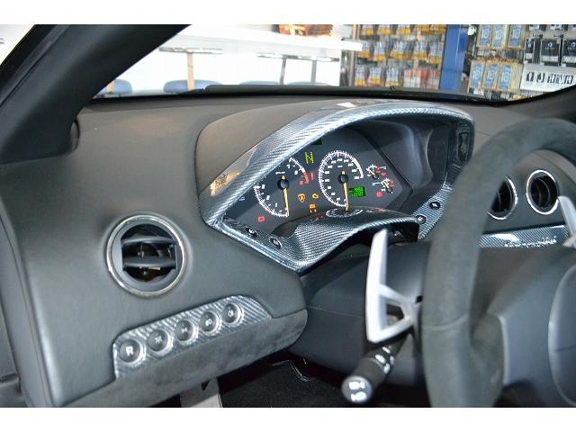 ステアリング等もアルカンターラ!! ボタン、メーター周りは、シルバーカーボンになります。