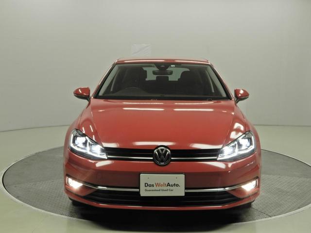 LEDヘッドライト。日中の自然光に近いLEDの光が、より明るく夜道を照らしドライバーの疲労を減らします。