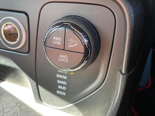 トレイルホーク 認定中古車保証付 整備付 4WD レギュラーガソリン マッド&スノータイヤ装着 クルーズコントロール ETC バックカメラ Bluetooth ルーフレール ブラックアルミ バックソナー HIDヘッド(18枚目)