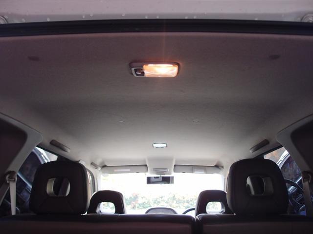 天井も高めになっております。車内空間を広く感じさせるポイントです。