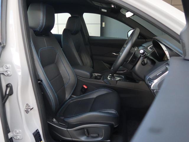 インテリアは黒を基調としたシックなデザイン。使用感の出やすいドライバーシートも写真の通りとても綺麗な状態です。「禁煙車」として使用されていた車輌ですので安心してご検討いただけます。