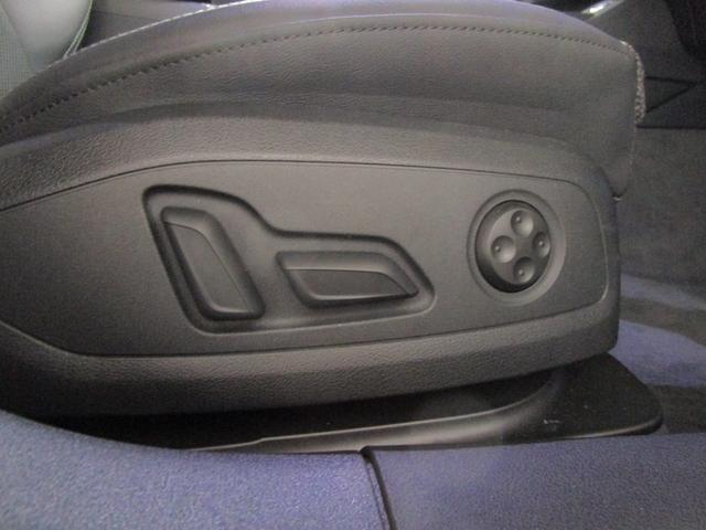 ランバーサポート機能付き電動シート。