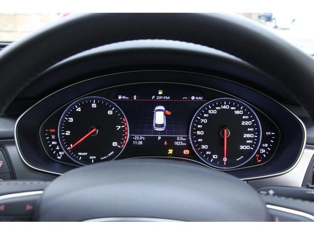 メーター中央のディスプレイには、速度計をはじめ、オーディオ、Bluetooth接続の携帯電話、方角などさまざまな情報が表示可能です。
