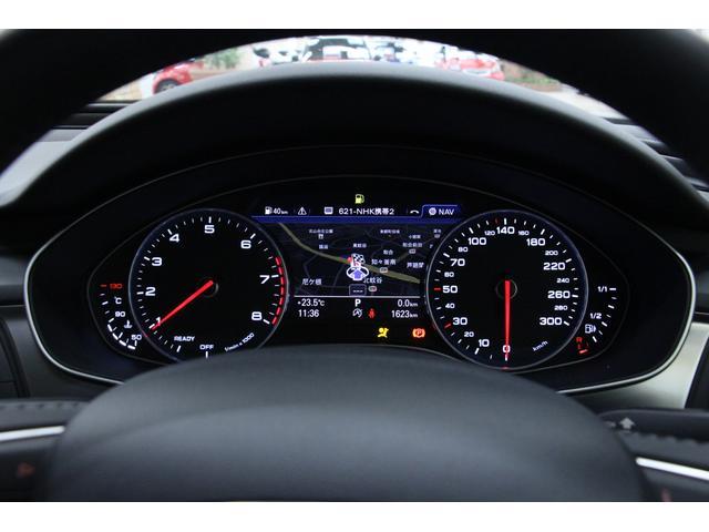 リバース・ギアを選択すると車両後方の映像がディスプレイに表示されます。予想進路表示機能により、駐車がしやすくなります。