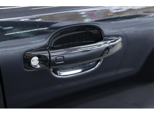 アドバンストキーシステムを装備しています。バッグからキーを取り出すこと無くても、ドアハンドル部に触れたりすることで、車両の施錠解錠が可能です。