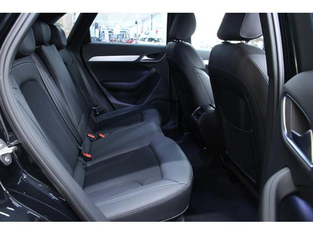 後部座席は大人の方もゆったり過ごして頂けるスペースが確保されてります。 フロントシート同様、Sライン専用ハーフレザー仕様となっております。