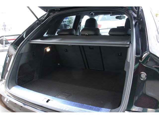 日常生活には十分なラゲッジスペースが確保されています。後席背面を倒せば荷室をさらに広げて使用することも可能です。