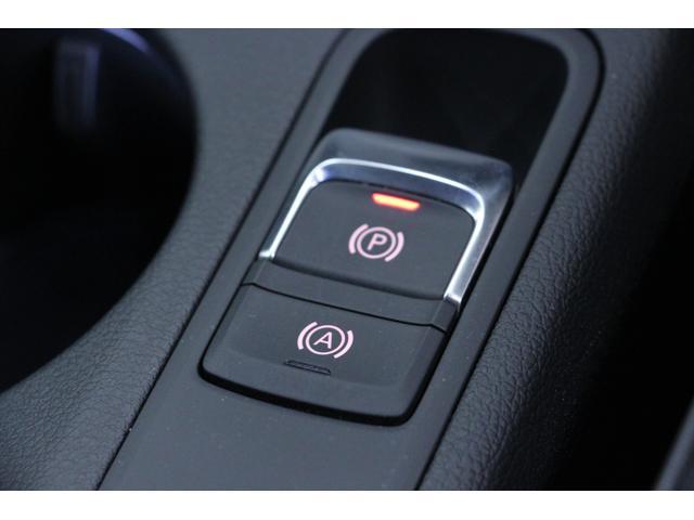 パーキングブレーキは電気式となり、こちら「P」スイッチで操作します。「A」のスイッチは「アクティブホールド」といい、完全停止後はブレーキを離しても停止状態が保て、ドライバーの疲労軽減につながります