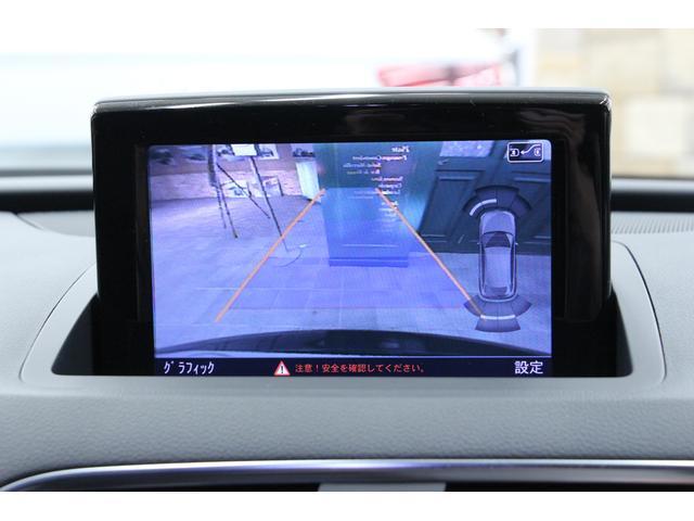 リアビューカメラの画面です。ガイドラインはステアリング操作に合わせて可動しますので、安全に駐車をすることが可能です。クリアランスソナーも音と画面での視覚的にドライバーに障害物接近を知らせます。