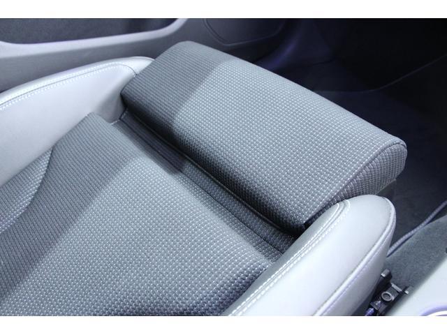 フロントシートはサイサポートが装着されています。長時間の運転時等ではこちらのサイサポートで膝の裏側から足を支える事により、ドライバーの疲労軽減にもつながります。