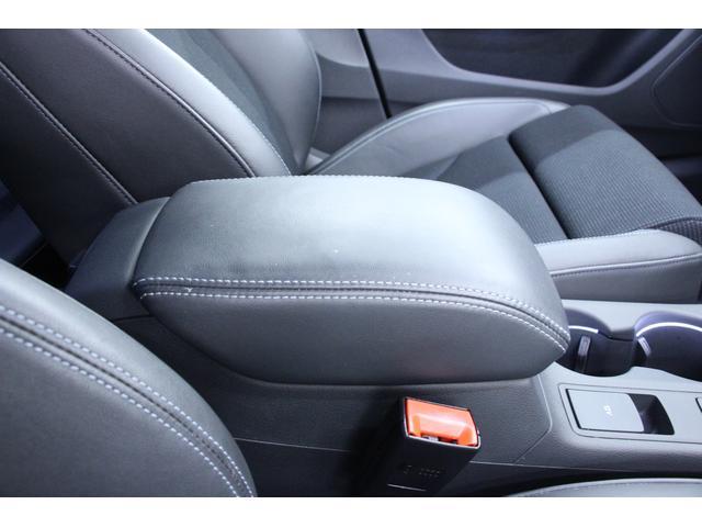 運転席と助手席の間には、アームレストが配置されます。